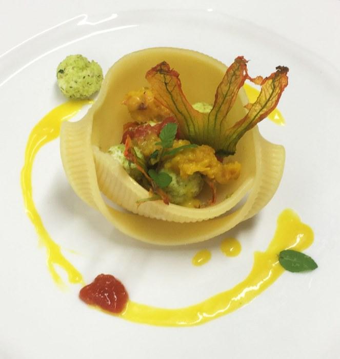 Polpettine di padduni con pane alle erbe peperoni e fiori di zucca con gocce di pomodoro