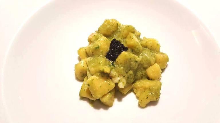 SenzaTempo Osteria, Gnocchi di patate pesto di zucchine, scampi e caviale mujjol