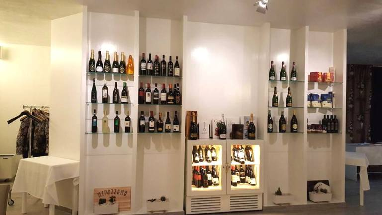 SenzaTempo Osteria, la parete attrezzata con vini e prodotti