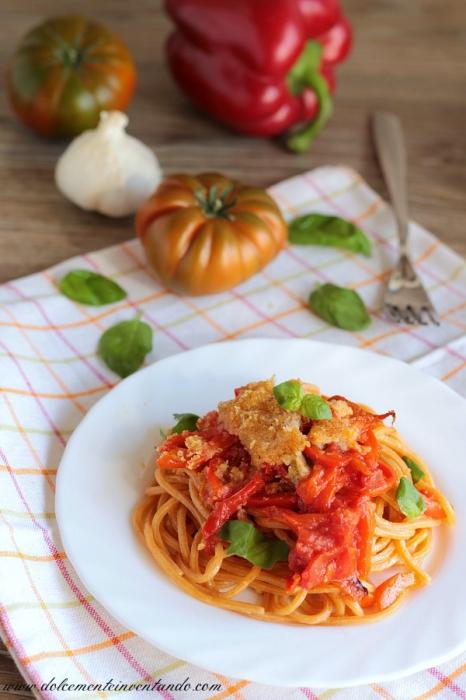 Spaghetti al peperoncino con tortino di peperoni e pomodoro al forno