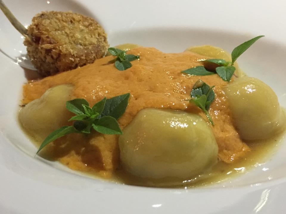 Relais Blu, bottoni di pasta fresca ripieni coniglio, con soffice di pomodorino