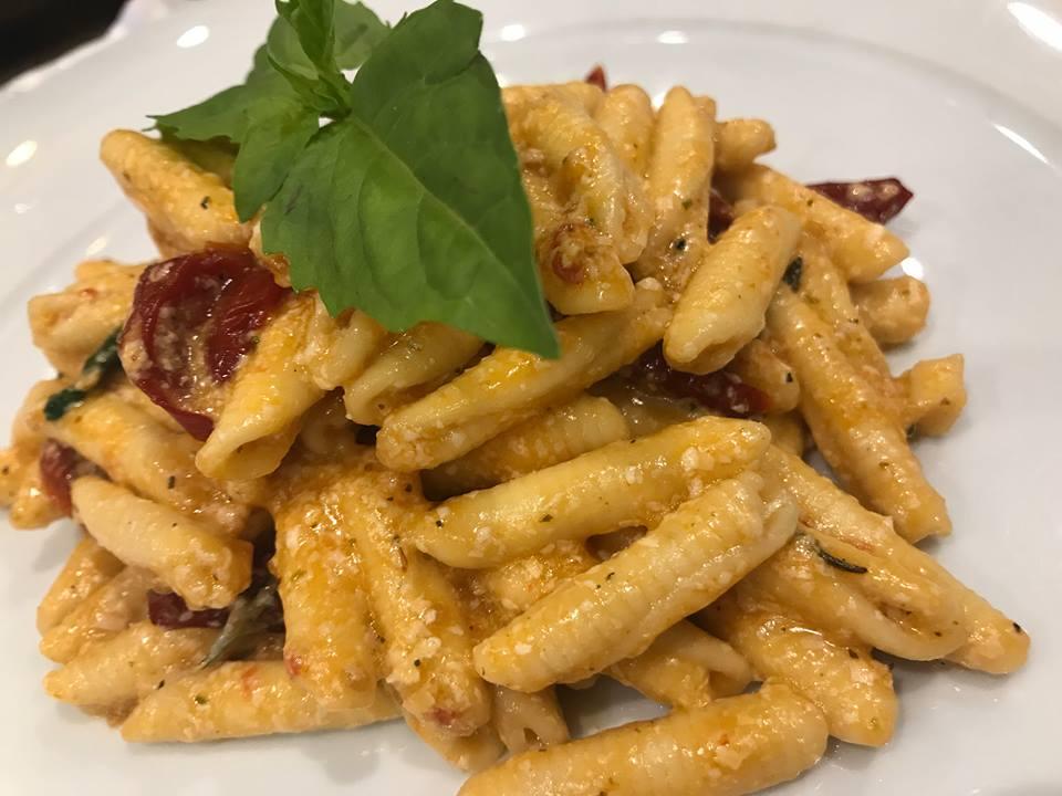 La Cantina di Triunfo, maccheronicini con pomodori infornati e pecorino