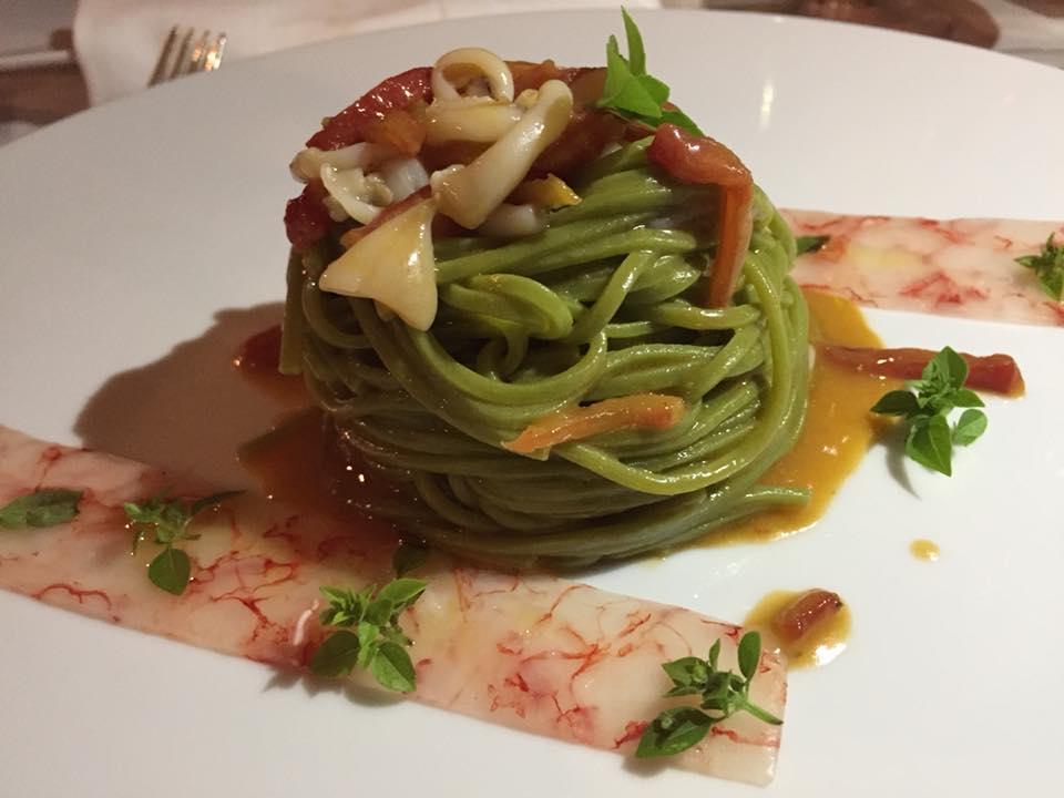 Relais Blu, tagliolini al basilico su battuto di gamberi con calamaretti e pomodorini canditi