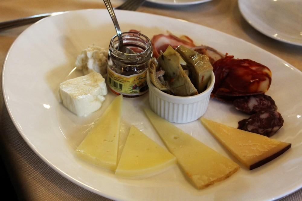 Locanda Mammi' l'antipasto selezione salumi e formaggi con carciofi