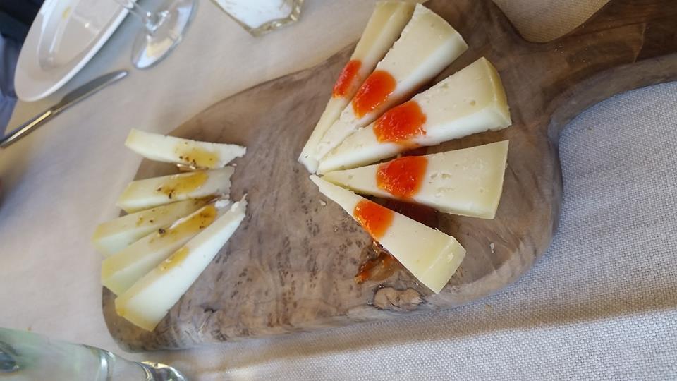 Ristoro di Lamole - Pecorino con miele e tartufo e salsa di peperoni