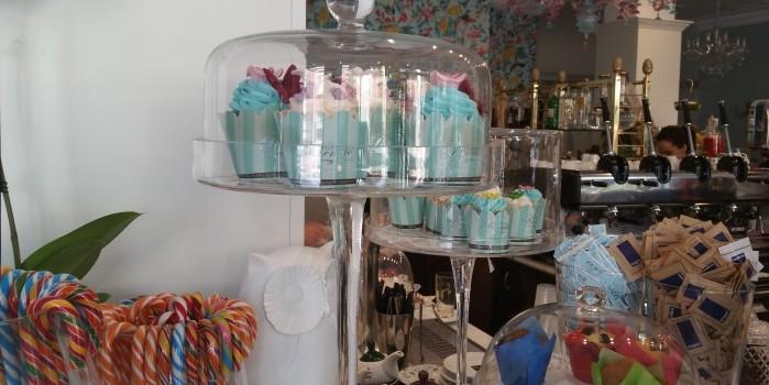 Grandi porta bon bon contenenti caramelle, gelée, liquirizie, confetti, bastoncini di zucchero, muffin e cupcake.