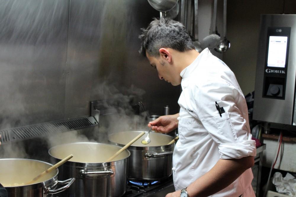 PAM 1870 chef Francesco Natale impegnato ai fornelli