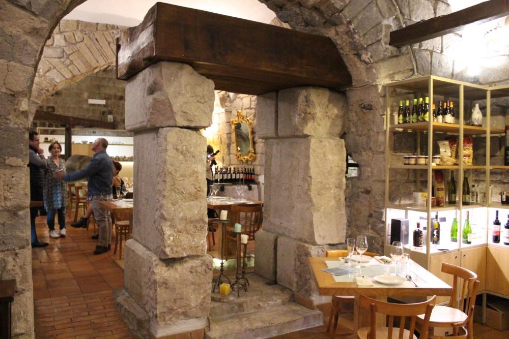 PAM 1870 parte della sala interna con visuale sulla struttura antica