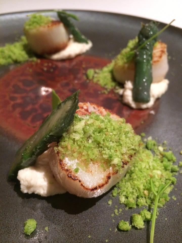 Terrazza Tiberio - capesante con salsa di mandorla, crumble di erbe e asparago violetto