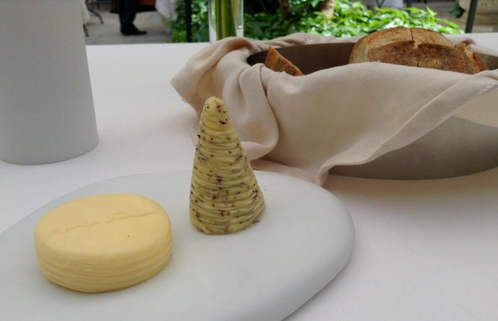 Seta, burro francese in due versioni, una salata, gradito, verrà prontamente sostituito, in secondo piano il pane di Altamura