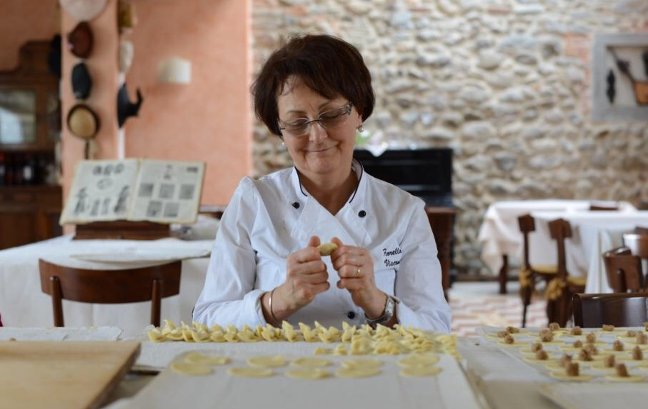 Fiorella Visconti prepara i casoncelli