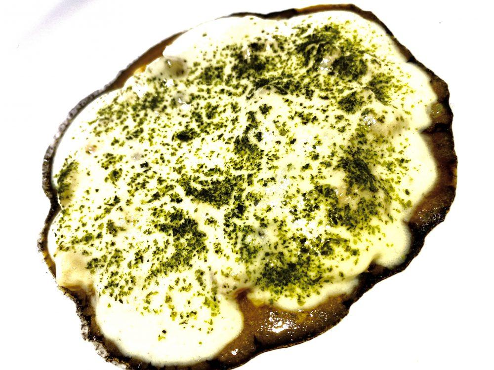 Seppia, spuma di patata, il suo nero e polvere di alghe
