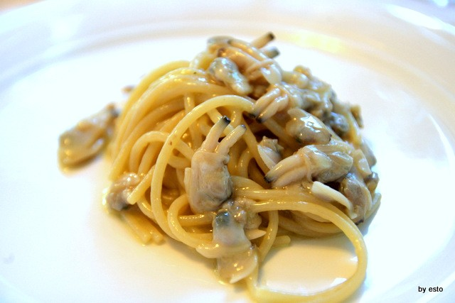 Gli spaghetti in bianco con le vongole veraci in bianco. La ricetta originale