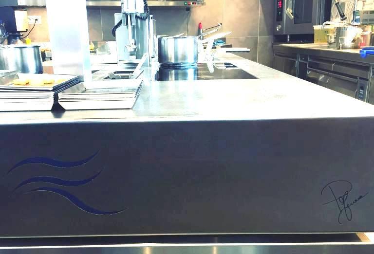 Il Faro di Capo d'Orso, la nuova cucina con la firma dello chef in basso a destra