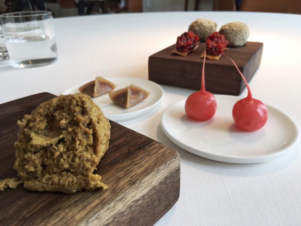 Ristorante Reale -Il benvenuto della casa soffice di pistacchio salato, ravanello marinato, pomodoro arrosto glassato al miele, fagottino di pane e ragu'