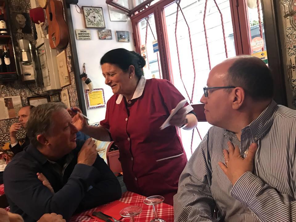 La Mattonella Napoli. Antonietta tra il medico del Napoli Alfonso De Nicola e Francesco De Luca, responsabile Sport de Il Mattino