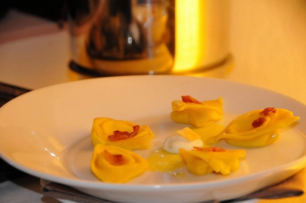 La Mugnaia, Ivrea, ravioli di carbonara con pancetta croccante e spuma di pecorino