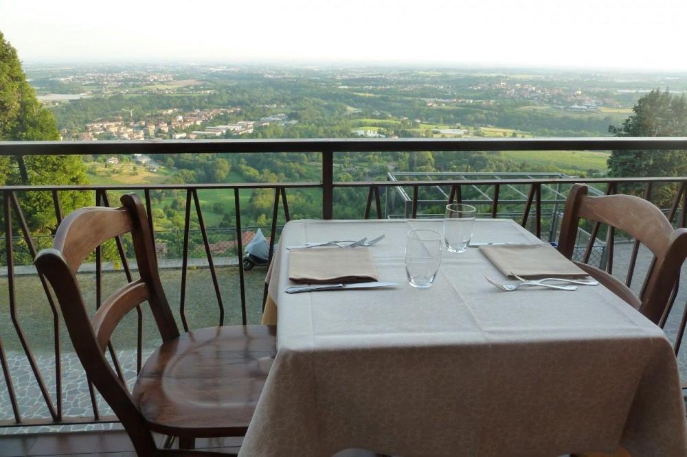 La Piazzetta, tavola con vista