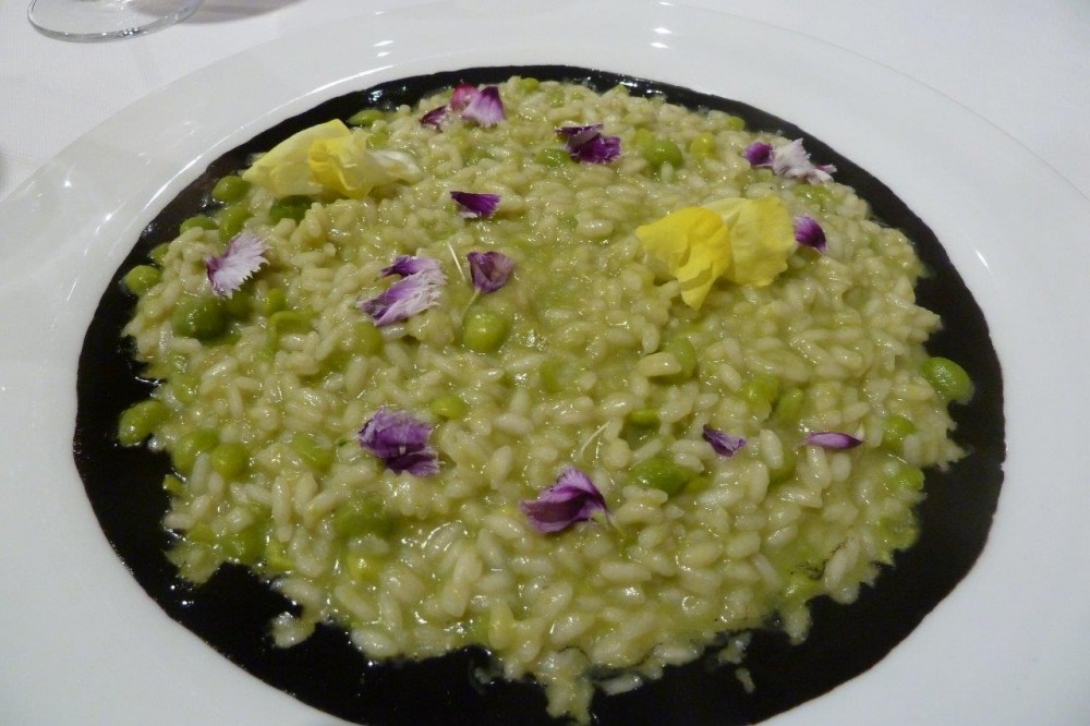 Officina dei sapori, risotto ai piselli, nero di seppia e fiori di campo