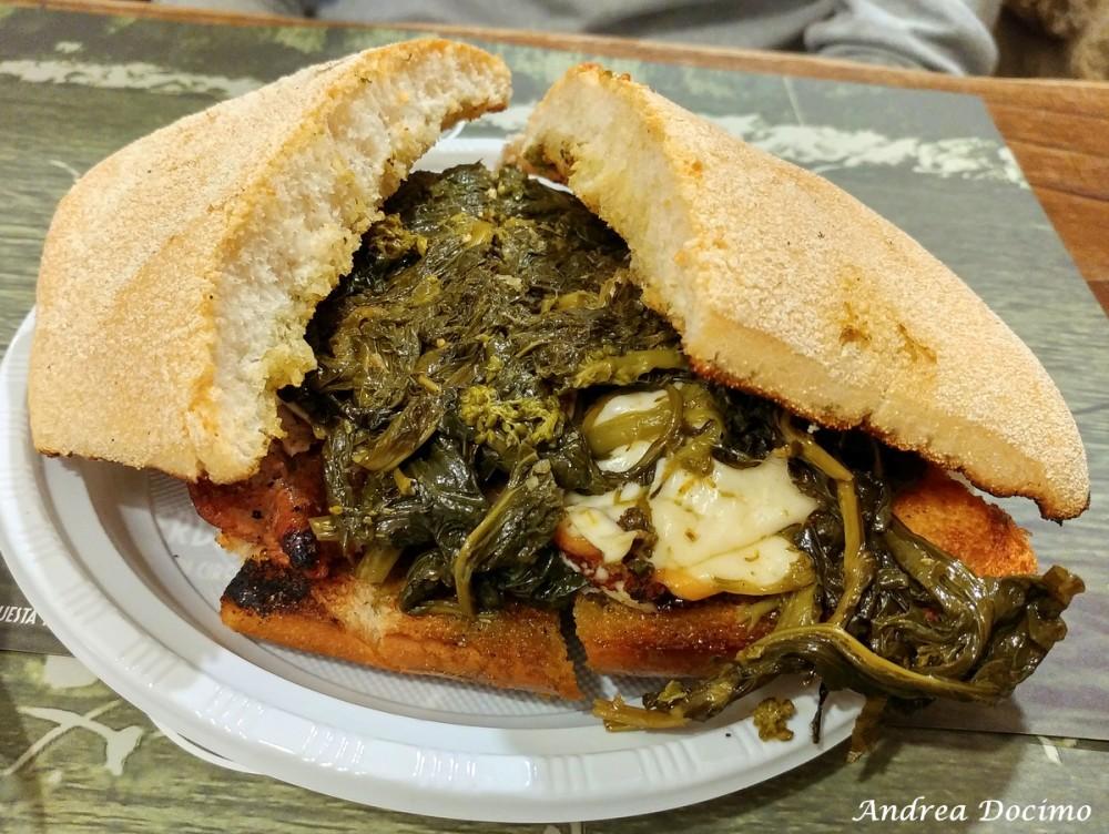 Paninoteca Chioschetto Ciro Mazzella dal 1974 a Monte di Procida. Il panino con salsiccia, porchetta, scamorza e friarielli