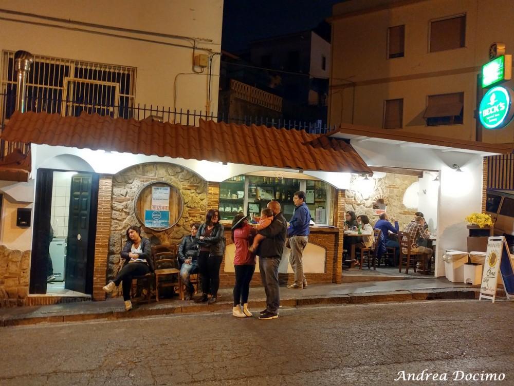 Paninoteca Chioschetto Ciro Mazzella dal 1974 a Monte di Procida. La paninoteca vista dall'altro lato della strada