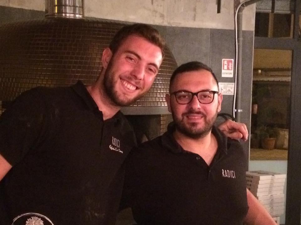 Raffaele De Santis con l'aiuto pizzaiolo