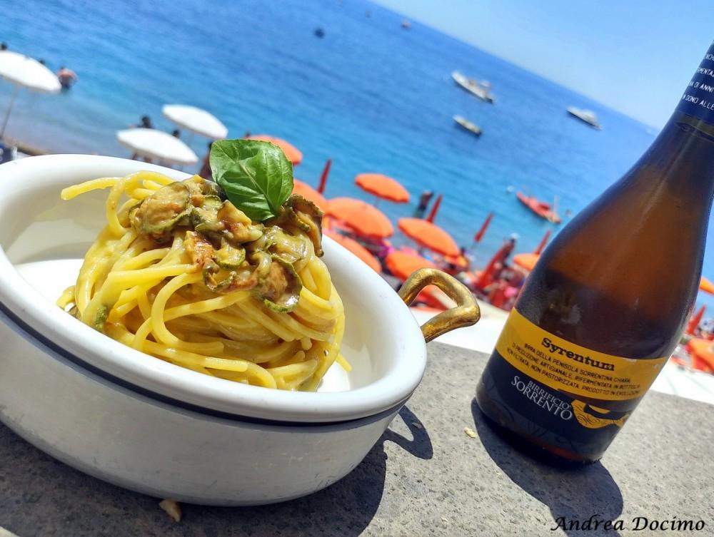 Spaghetti alla Nerano e birra Syrentum del Birrificio Sorrento