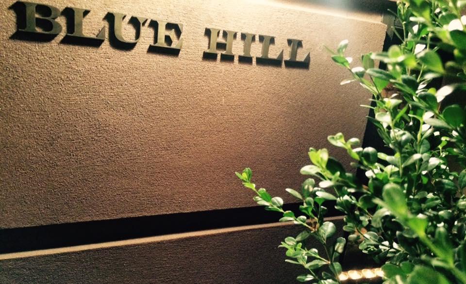 Blue Hill, insegna