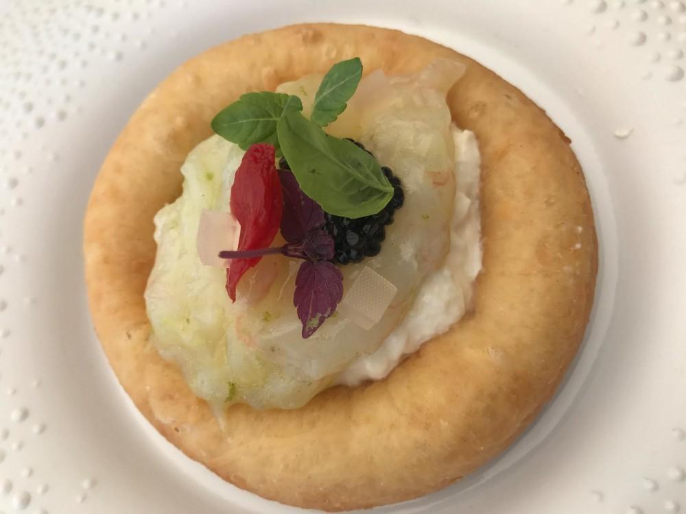Villa Cimbrone, la pizza montanarina con crudo di Scampi al lime, burrata e pomodoro corbarino