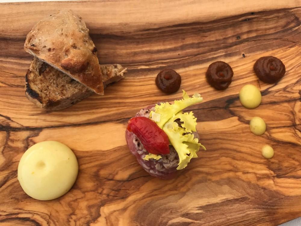 Villa Cimbrone, battuta di vicciola piemontese con spuma di senape e salsa barbeque