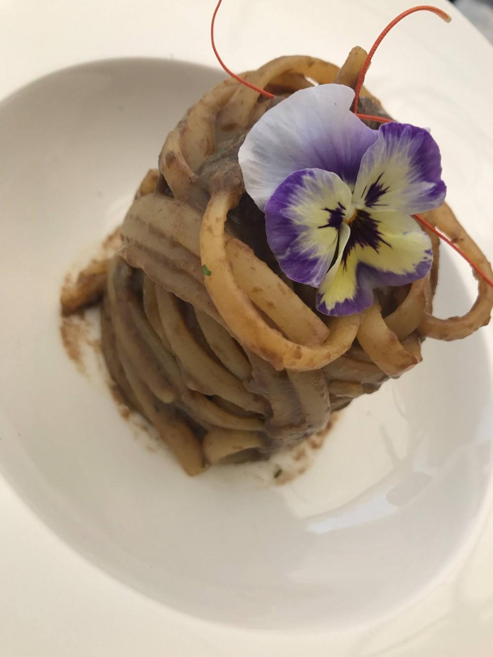 Villa Cimbrone, linguine all'aglio nero fermentato e olio, frutti di mare e battuta di scampi, gamberi e calamari