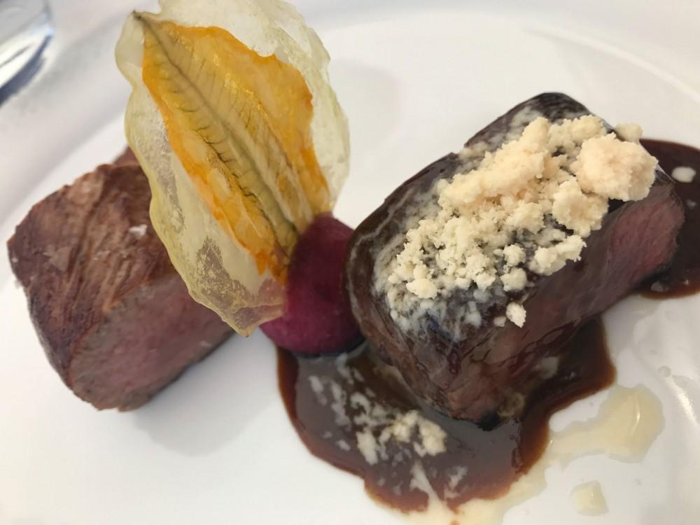 Villa Cimbrone, carre' di agnello laticatuda al foie gras, mela annurca e salsa al cioccolato di Modica