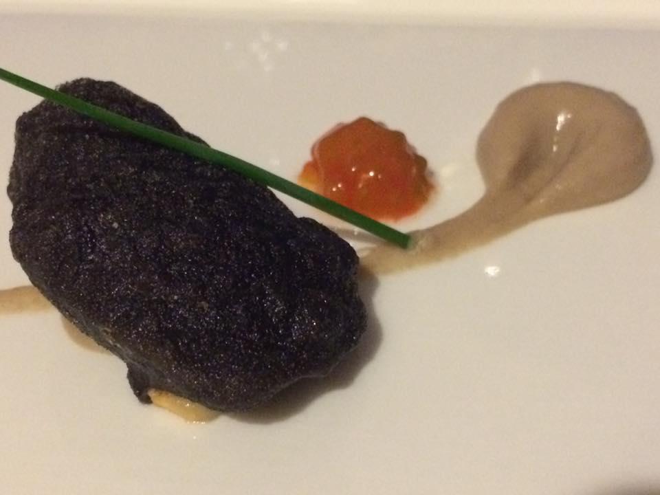 L'Accanto, Cozza in tempura al nero di seppie e crema di fagioli butirri