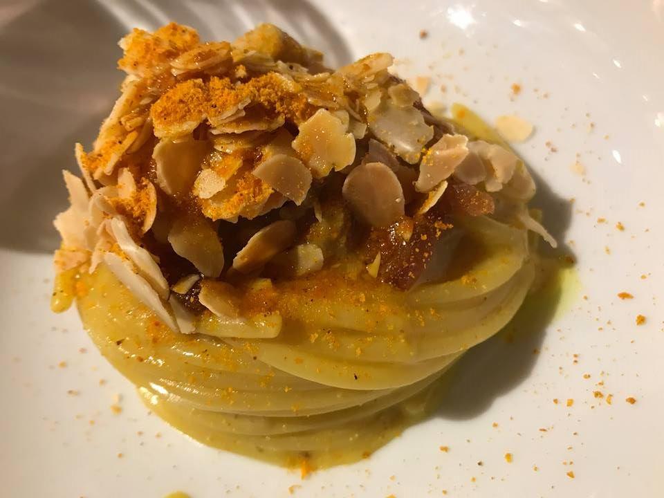 Spaghettoro Verrigni, crema di patate e porri, curcuma, bottarga e seppioline