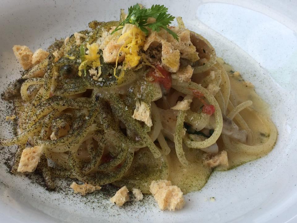 DUBL ristorante, spaghetti con cipollotto nocerino, cannolicchi e pane alle alghe