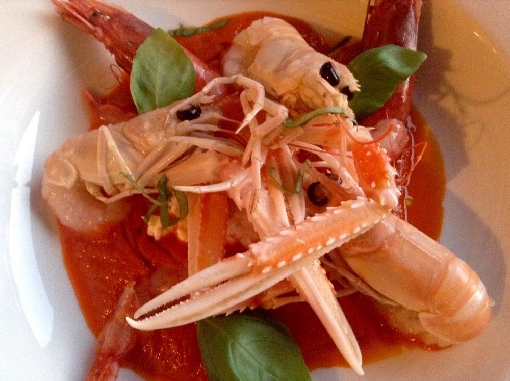 Al Vigneto, crudo di gamberi e scampi, pomodoro, mozzarella e basilico
