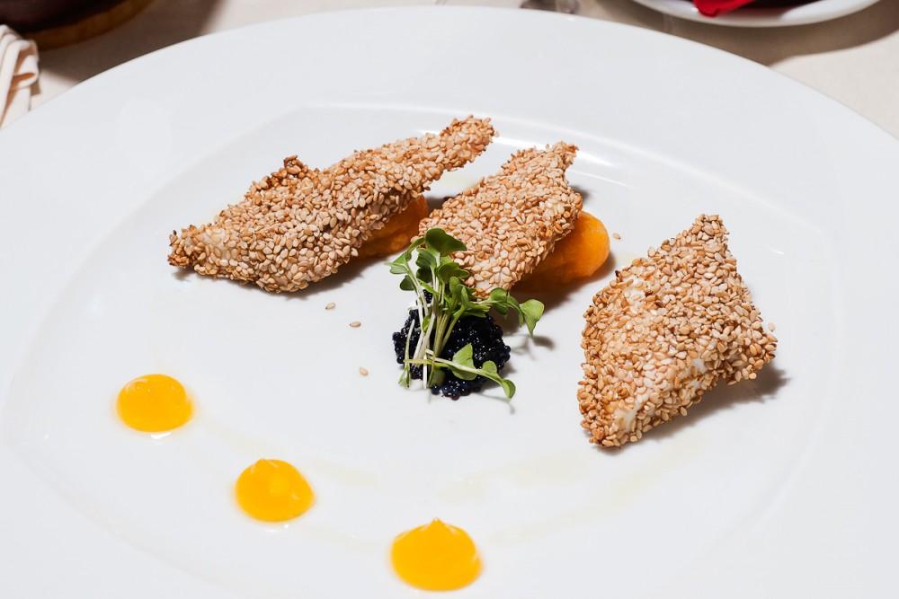 Alex, Bianco di pesce al sesamo con purea di carote, gelatina all'arancia e caviale di pesce