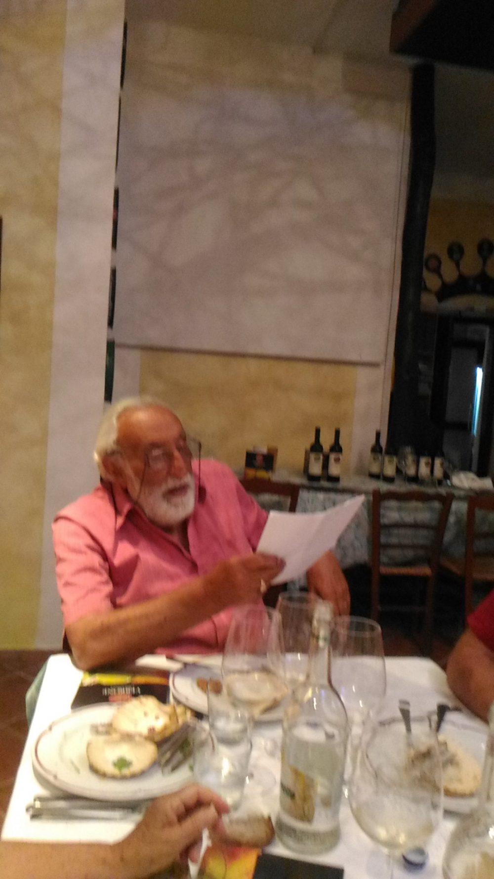 Dr. Maurizio Tortora mentre legge una sua poesia