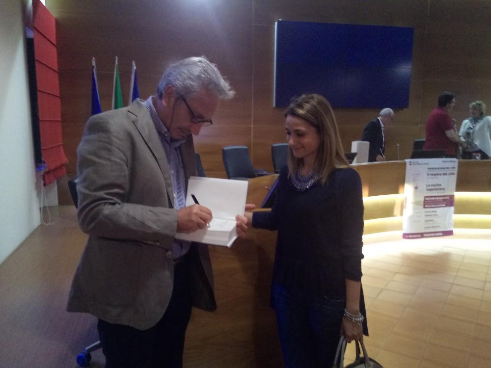 Il prof. Luigi Moio firma il suo libro per una lettrice