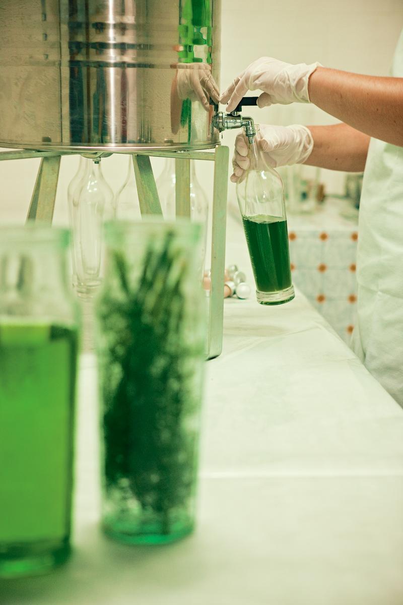 Liquorificio Nonna Anna, imbottigliamento manuale