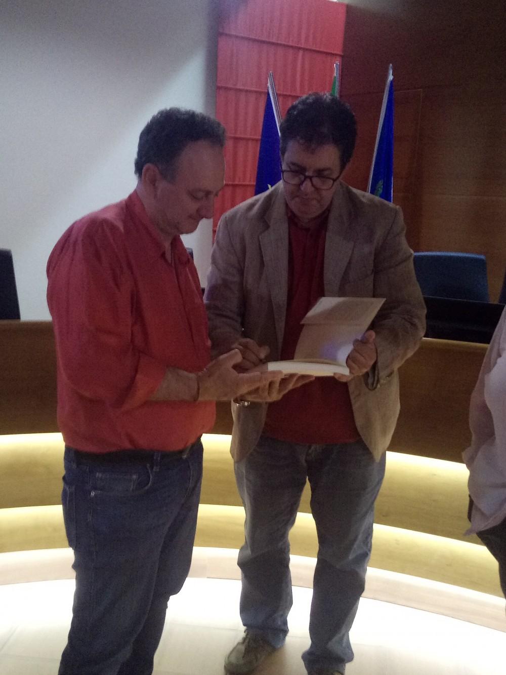 Luciano Pignataro firma il suo libro ad un lettore
