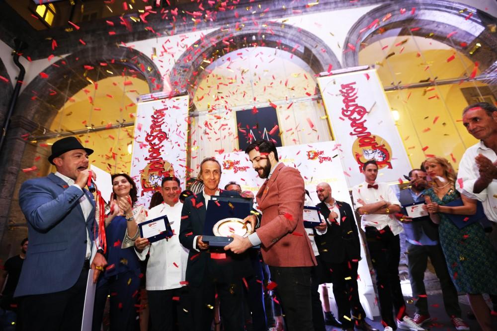 Matteo Rebuffo premiato da Giuseppe D'Avino - Ad  Strega Alberti