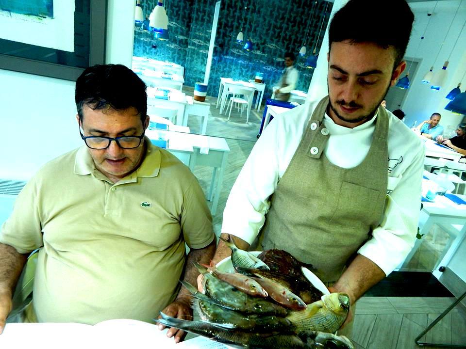 Mirko Balzano mostra il pescato del giorno