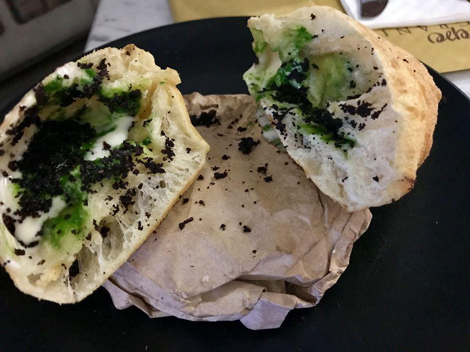 Pepe in Grani - Calzone fritto con scarola, grana di 12 mesi e povere di olive nere