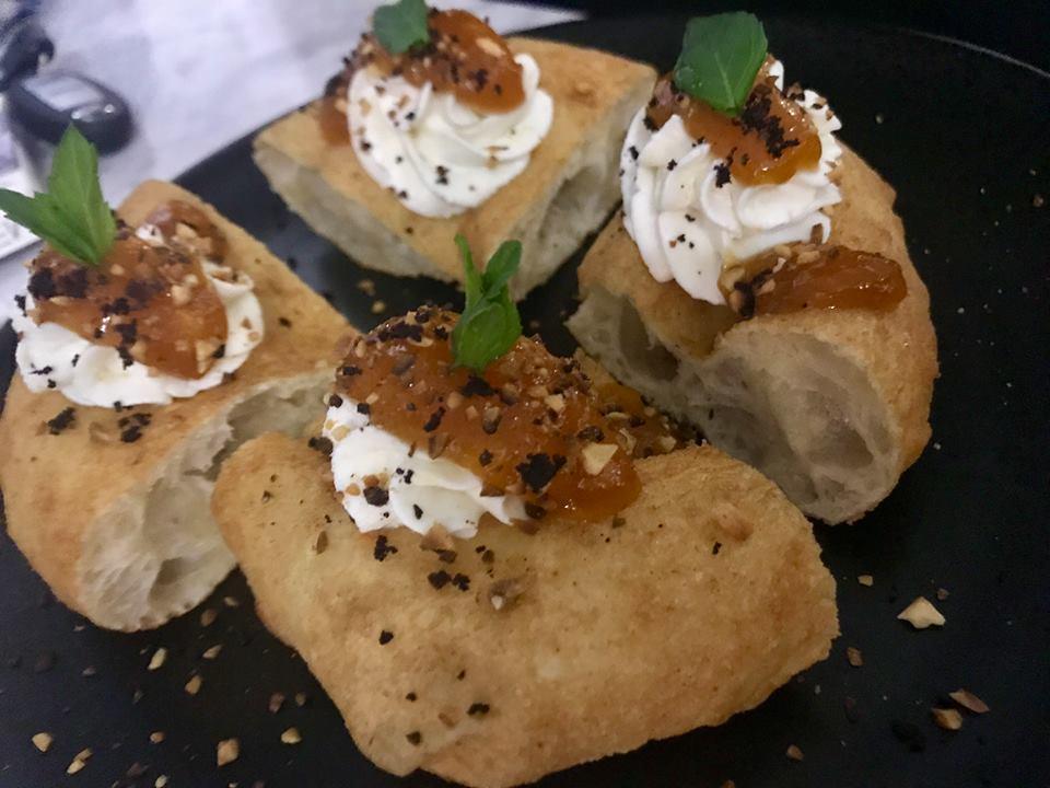 Pepe in Grani - Pizza fritta con albicocca, ricotta e albicocca del Vesuvio