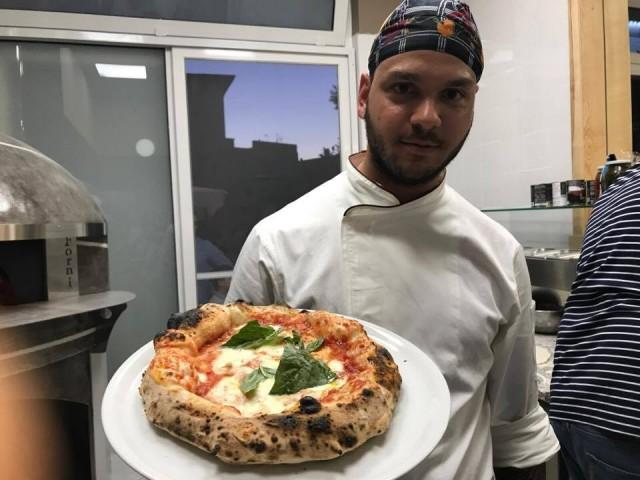 Pepo Gianluigi Castiello il pizzaiolo con la pizza margherita