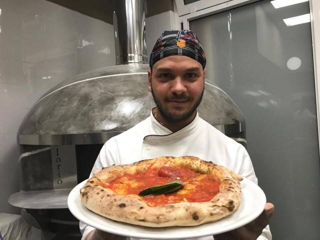 Pepo Gianluigi Castiello il pizzaiolo con la pizza marinara