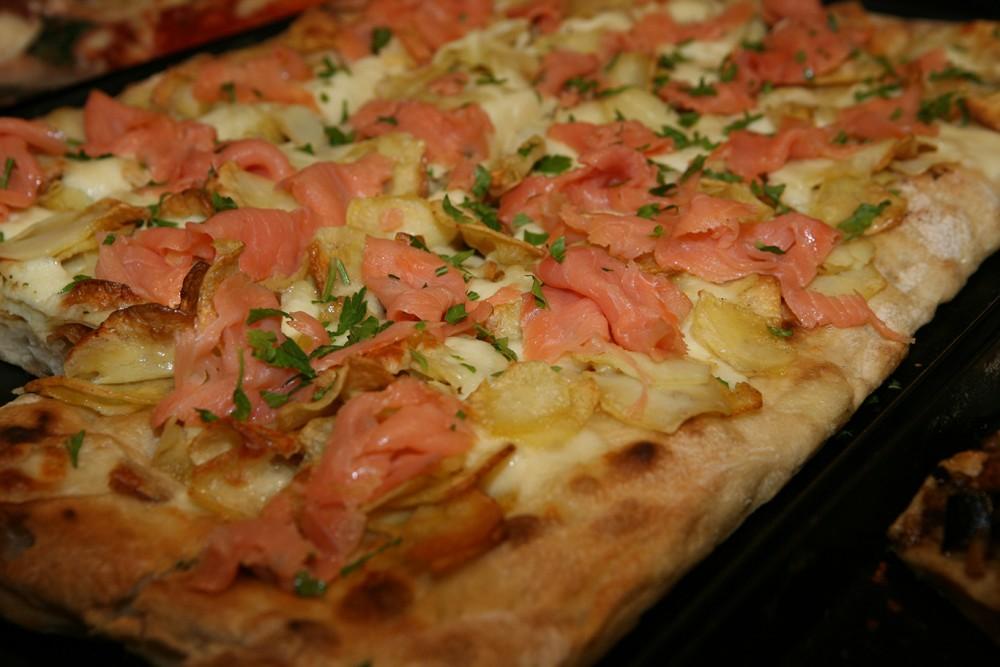 Pizza e panelle -Pizza con patate e salmone up stream
