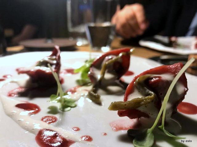 Roji cappelletto alla rapa rossa ripieno di mousseline di palamita, emulsione alla prugna fermentata e melanzane alla scapece
