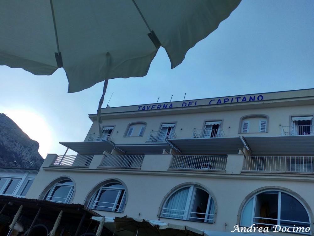 Taverna del Capitano a Marina del Cantone, Nerano NA. La Taverna del Capitano vista dalla spiaggia